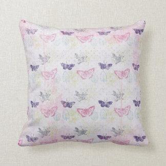 Almohada en colores pastel de las mariposas