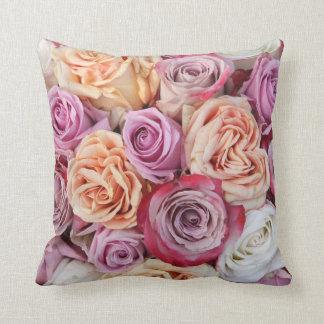 Almohada en colores pastel mezclada de los rosas