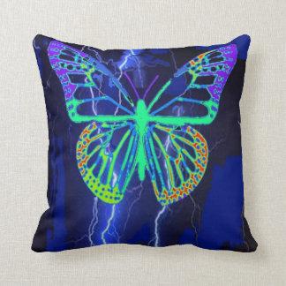 Almohada exótica azul eléctrica de la mariposa por