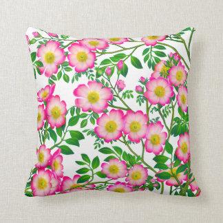 Almohada floral de los rosas salvajes rosados boni