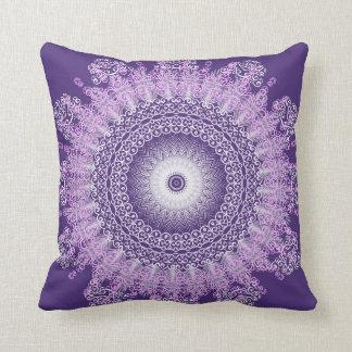 Almohada floral del cordón púrpura