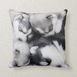 almohada fornida mimosa linda de los perritos de n