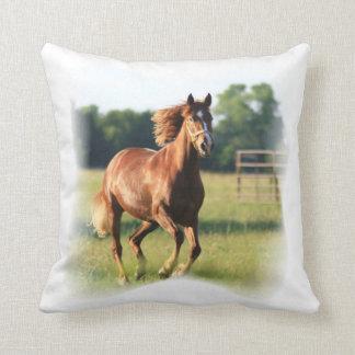 Almohada galopante del caballo de la castaña