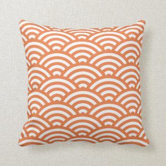 Almohada geométrica de las ondas en naranja del