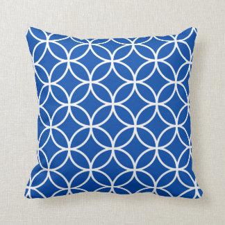 Almohada geométrica moderna en azul de cobalto