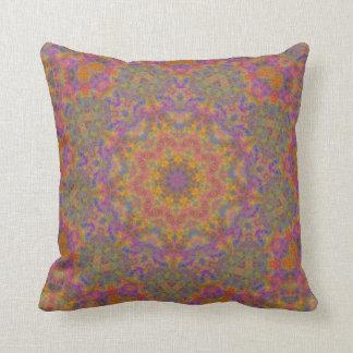Almohada geométrica multicolora de la belleza
