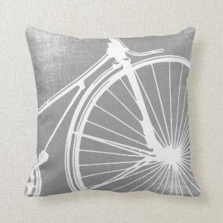 Almohada gris y blanca de la bicicleta