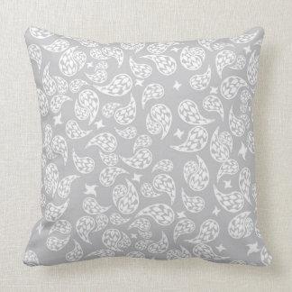 Almohada gris y blanca de la decoración de Paisley