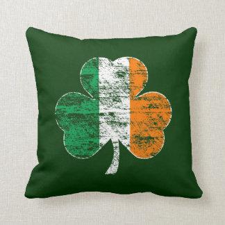 Almohada irlandesa apenada del trébol de la bander