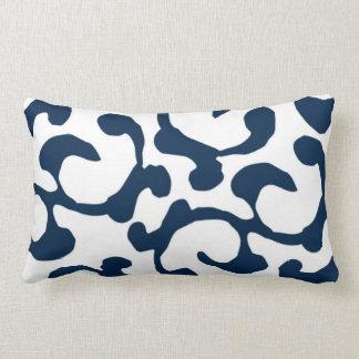 Almohada lumbar abstracta del azul marino y blanca