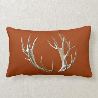 Almohada lumbar anaranjada de los ciervos del moho