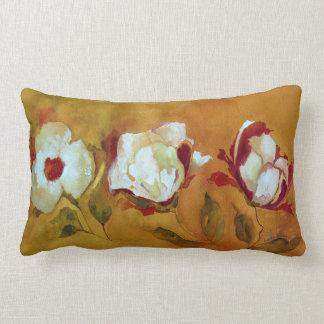 almohada lumbar con las flores blancas en el cojín lumbar