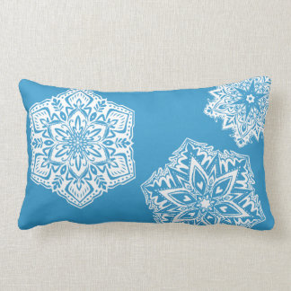 Almohada lumbar del copo de nieve en azul