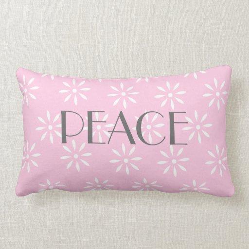 Almohada lumbar rosada con el mensaje de la paz