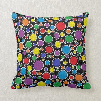 Almohada negra coloreada de las burbujas
