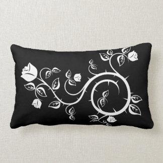 Almohada negra con diseño del rosa blanco