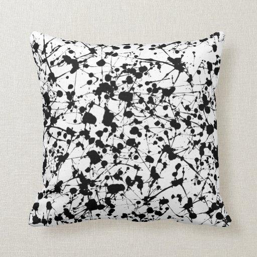 Almohada negra de la salpicadura de la pintura