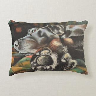 Almohada negra de Labrador de los pies de Maggie Cojín Decorativo