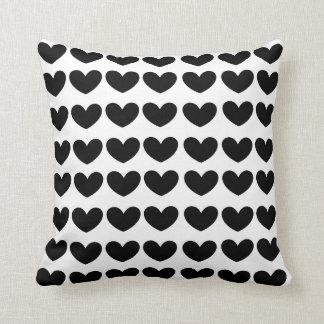 almohada negra de los corazones