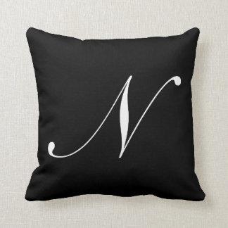 Almohada negra del monograma de la letra N Cojín Decorativo