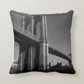 Almohada negra y blanca de New York City del