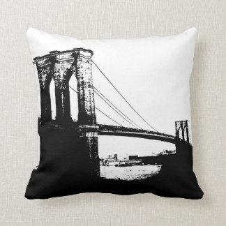 Almohada negra y blanca de New York City del puent