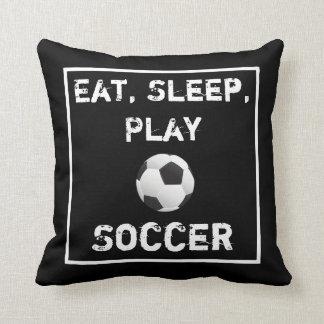 Almohada negra y blanca del fútbol de Eat Sleep