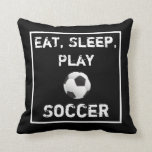 Almohada negra y blanca del fútbol de Eat Sleep Pl