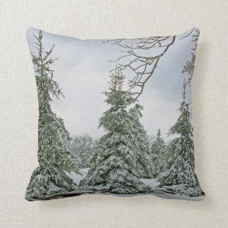 Almohada nevada de los árboles
