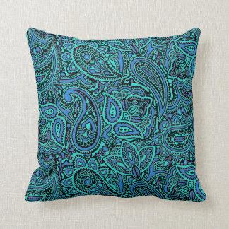 Almohada oscura del diseño de Paisley del verde de