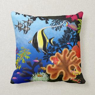 Almohada pacífica colorida de los pescados del