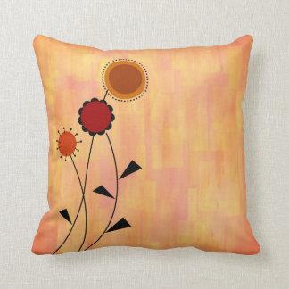 Almohada pintada rosa amelocotonado con las flores