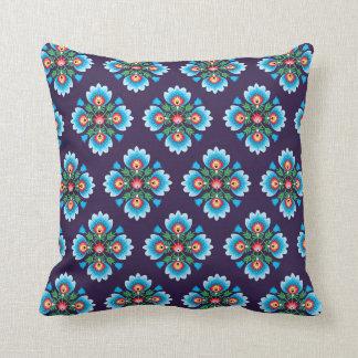 Almohada popular en backround oscuro cojín decorativo