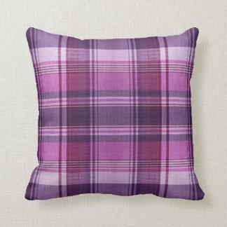 almohada púrpura de la tela escocesa