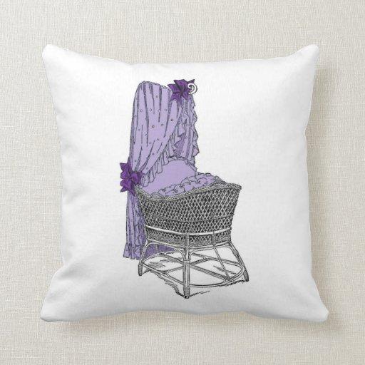Almohada púrpura del bebé de la cuna