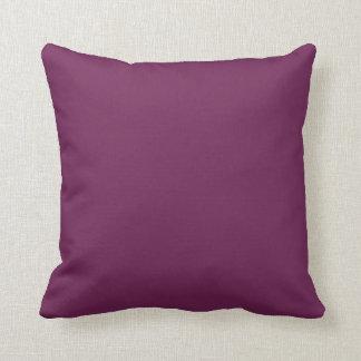 Almohada púrpura del lanzamiento del color sólido