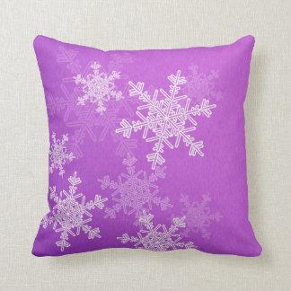 Almohada púrpura del navidad de los copos de nieve