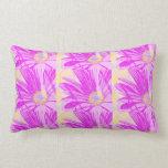 Almohada púrpura impresionante del diseño floral