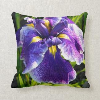 Almohada púrpura soleada del iris