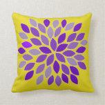 Almohada púrpura y amarilla de la flor del crisant