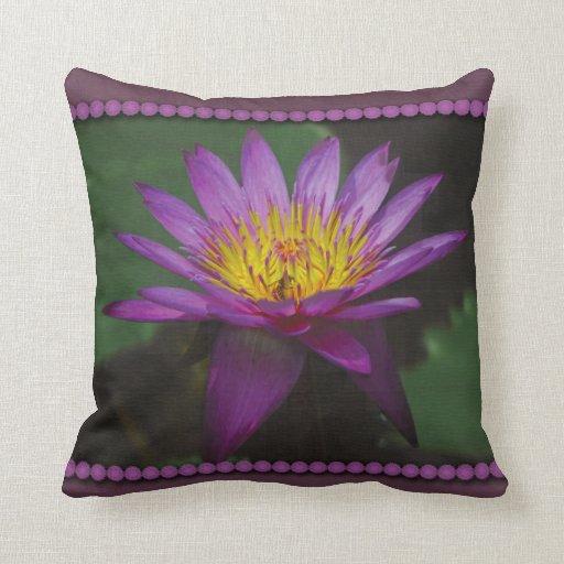 Almohada púrpura y amarilla de la foto de Waterlil
