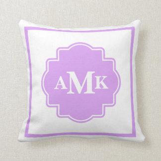 Almohada púrpura y blanca clásica del monograma