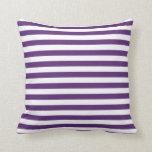 Almohada púrpura y blanca de las rayas
