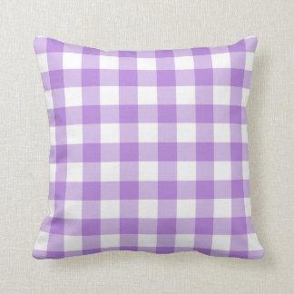 Almohada púrpura y blanca del modelo de la guinga