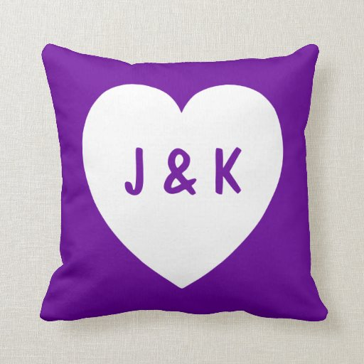 Almohada púrpura y blanca del símbolo del corazón