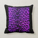 Almohada púrpura y negra del estampado leopardo