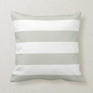 Almohada rayada gris clara y blanca