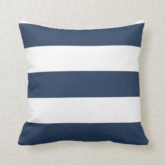 Almohada rayada náutica del azul marino y blanca