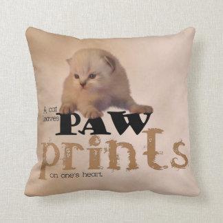Almohada roja/blanca preciosa del gatito