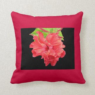 Almohada roja brillante de la flor del hibisco